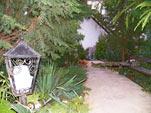 Зеленый двор с местами для отдыха
